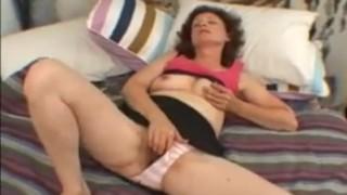 Szőrös puncis amatőr anya bugyiját félrehúzva masztizik